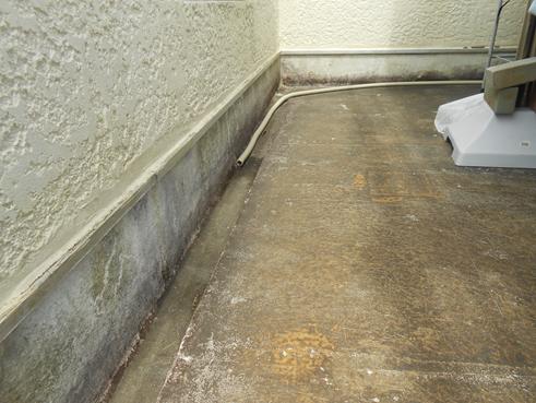 沼津市 FRP防水層のベランダから階下の部屋の天井に雨漏り