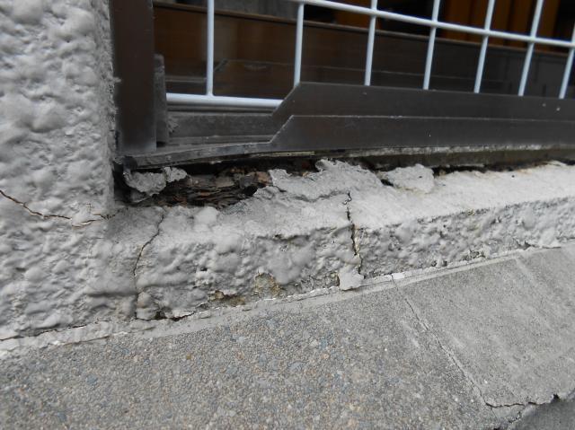 沼津市亀裂から中の鉄筋が