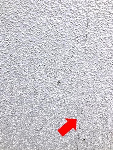 伊豆の国市で1階の雨漏り 外壁クラックのコーキング補修